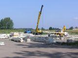 Żuraw samochodowy hydrauliczny z wysięgnikiem rozsuwanym na budowie hali dla firmy ATS Tworóg